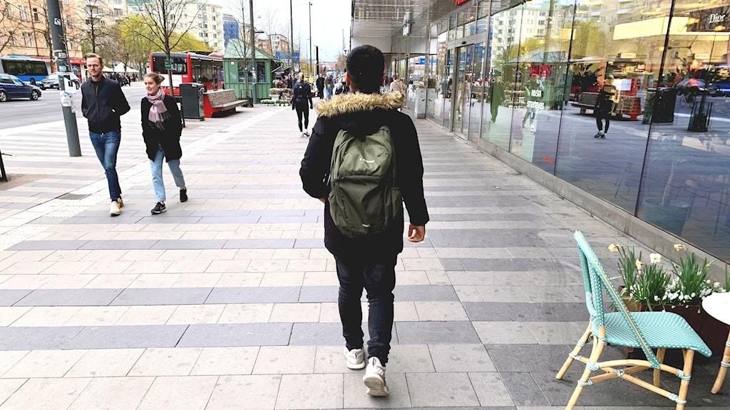Mustafa går på en gata.