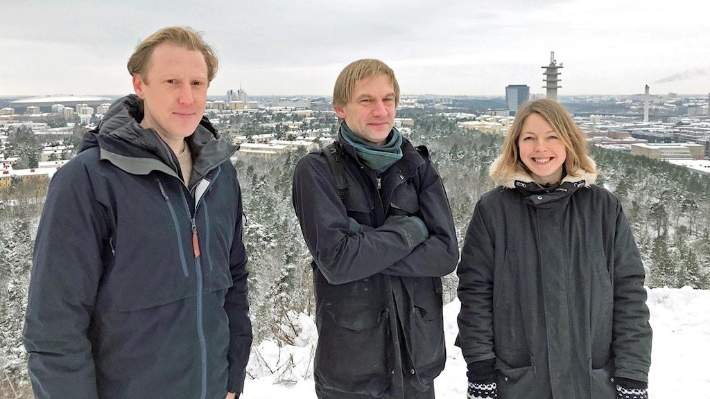 Tre personer står på toppen av Hammarbybacken.