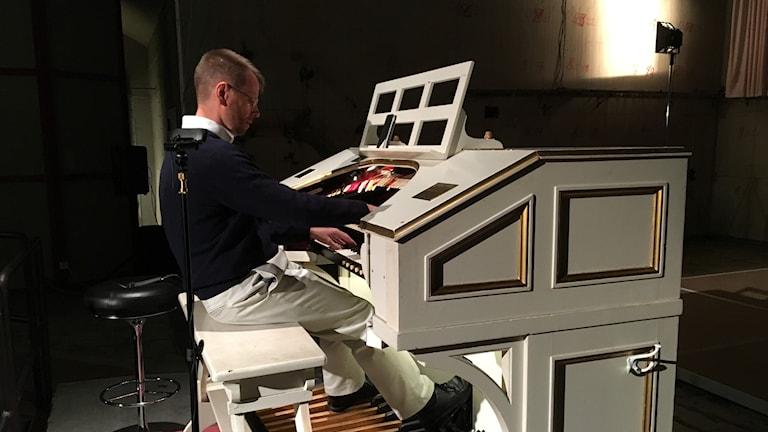 Simon Gledhill spelar på Skandiaorgeln