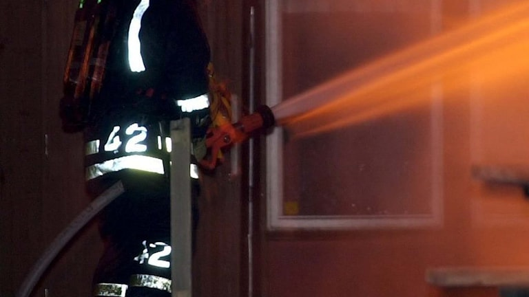 En brandman arbetar med släckning.