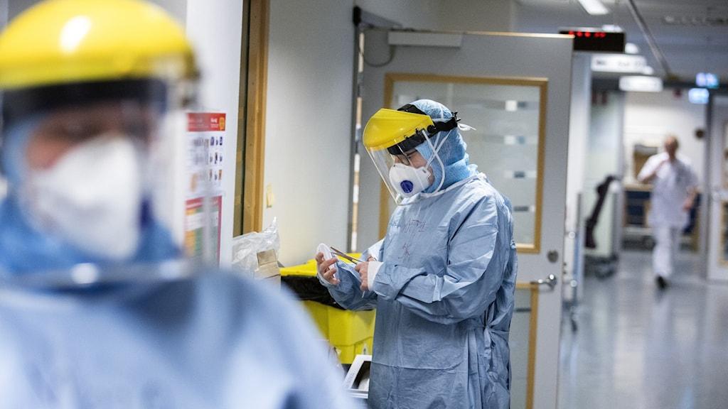Två sköterskor i skyddsutrustning