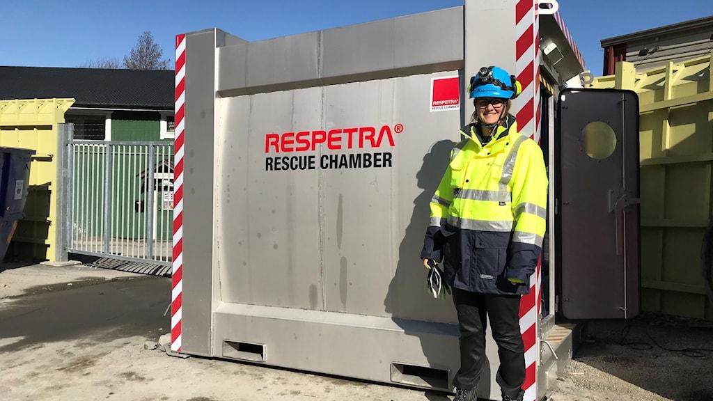 Räddningskammare med projektledare Angelica Rosenlund framför.