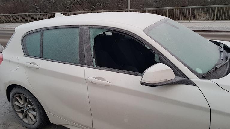 Bilinbrott, krossad bilruta, stal krockkuddar och ratt