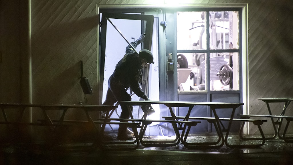 Polisens tekniker undersöker gym i Helsingborg efter explosion där. Foto: Johan Nilsson/TT.