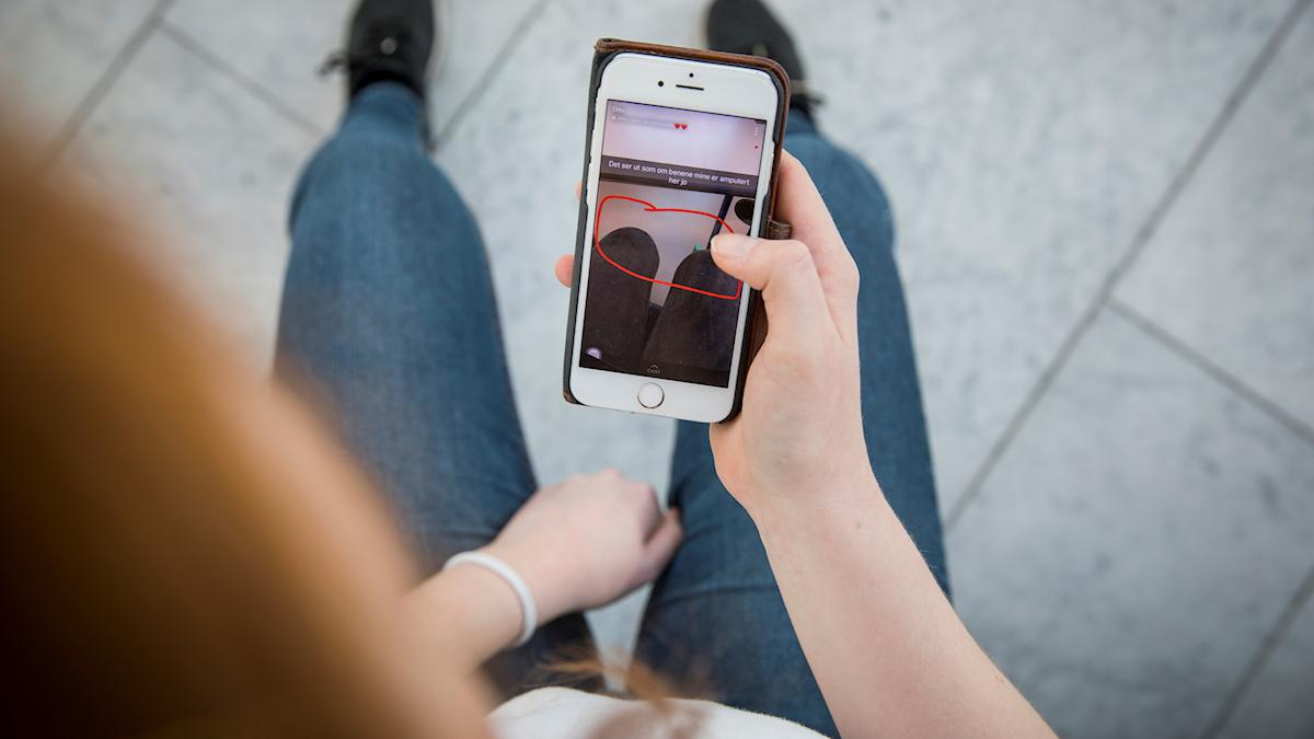 tonåring med mobil