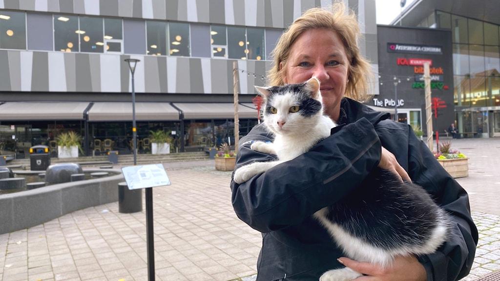 Marie Karlsson, matte till katten Santos i Åkersberga.