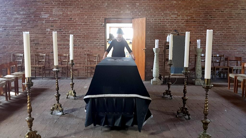 Anna Nachman i en begravningslokal.