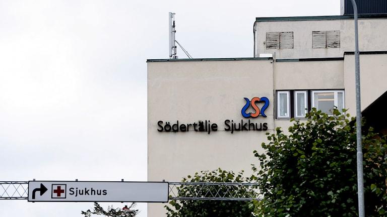 Vit sjukhusbyggnad med texten Södertälje sjukhus