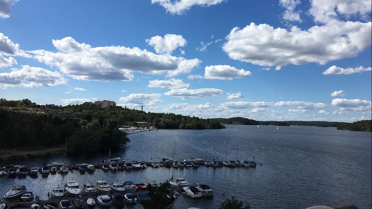 Båtar ligger förtöjda vid Örnsbergs båtklubb i södra Stockholm.