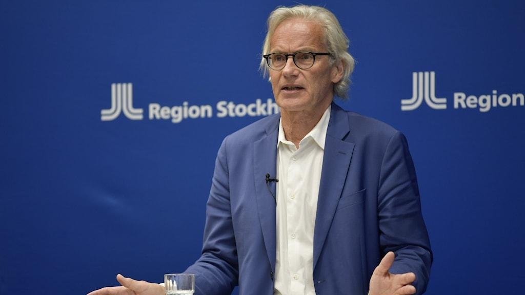 Tillförordnad hälso- och sjukvårdsdirektör Johan Bratt  under en pressträff.