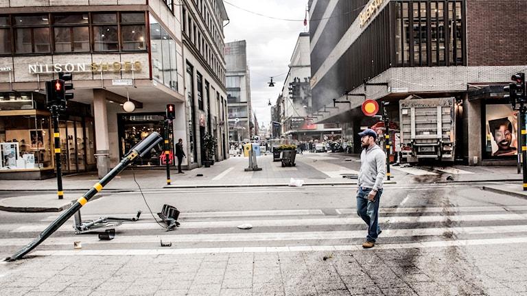 En kapad lastbil mejade på fredagen ner en folkmassa på Drottninggatan i Stockholm för att sedan krascha in i varuhuset Åhléns  Foto: Tomas Oneborg / SvD / TT