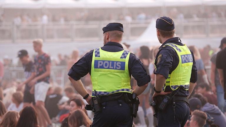 Poliser vid folkhav
