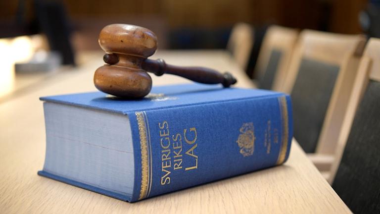 Lagbok med domarklubba