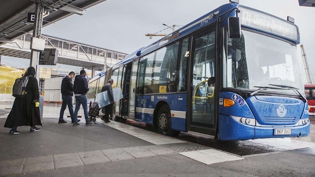 Passagerare stiger på en SL-buss.