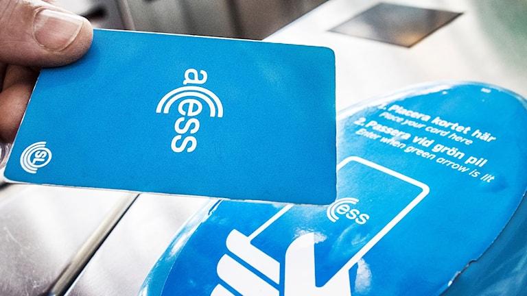 Nästa år ska gratiskortet för ungdomar gälla hela sommarlovet, lovar både tjänstemän och politiker.
