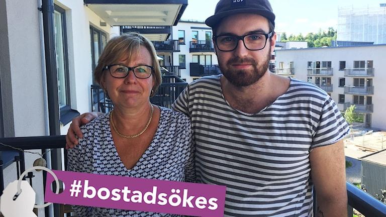 Mamma och son står på en balkong tillsammans.
