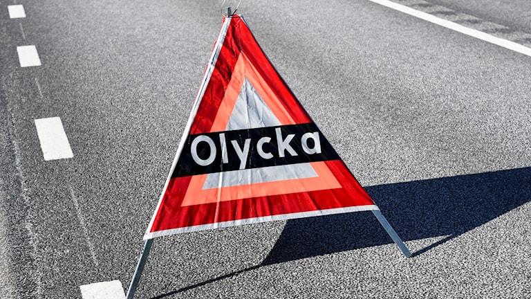 Skylt om olycka vid vägen.