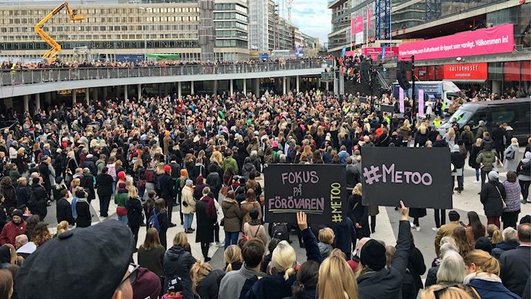 Det är tusentals personer som samlat i manifestationen mot sexuella övertrepp och trakasserier.