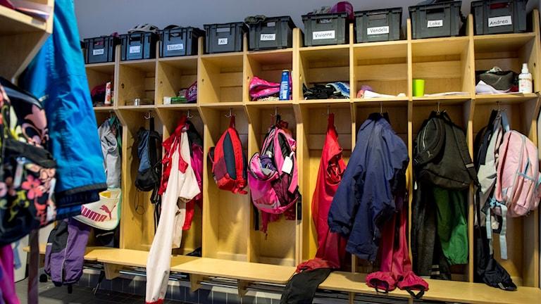 En fritidsledare vid en skola misstänks ha filmat lättklädda småpojkar vid 2 000 tillfällen. Arkivbild.