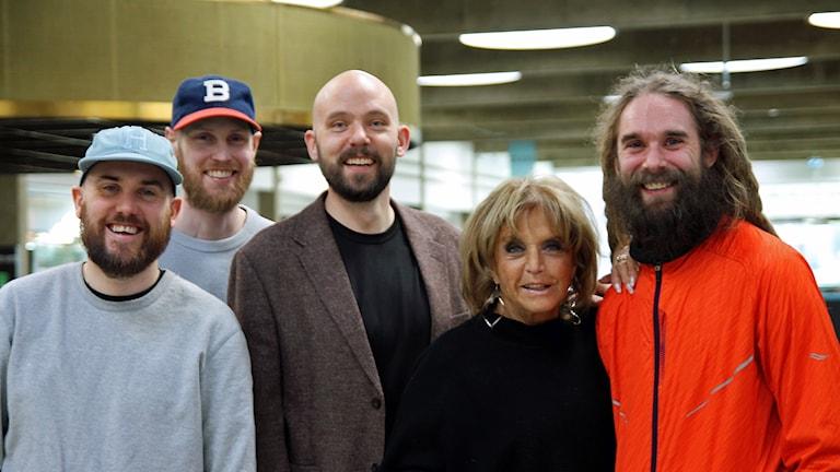 Looptroop Rockers och Lill-Babs. Från vänster: Mathias Lundh Isén, Tommy Isacsson, Magnus Bergkvist, Barbro Svensson och Mårten Edh.