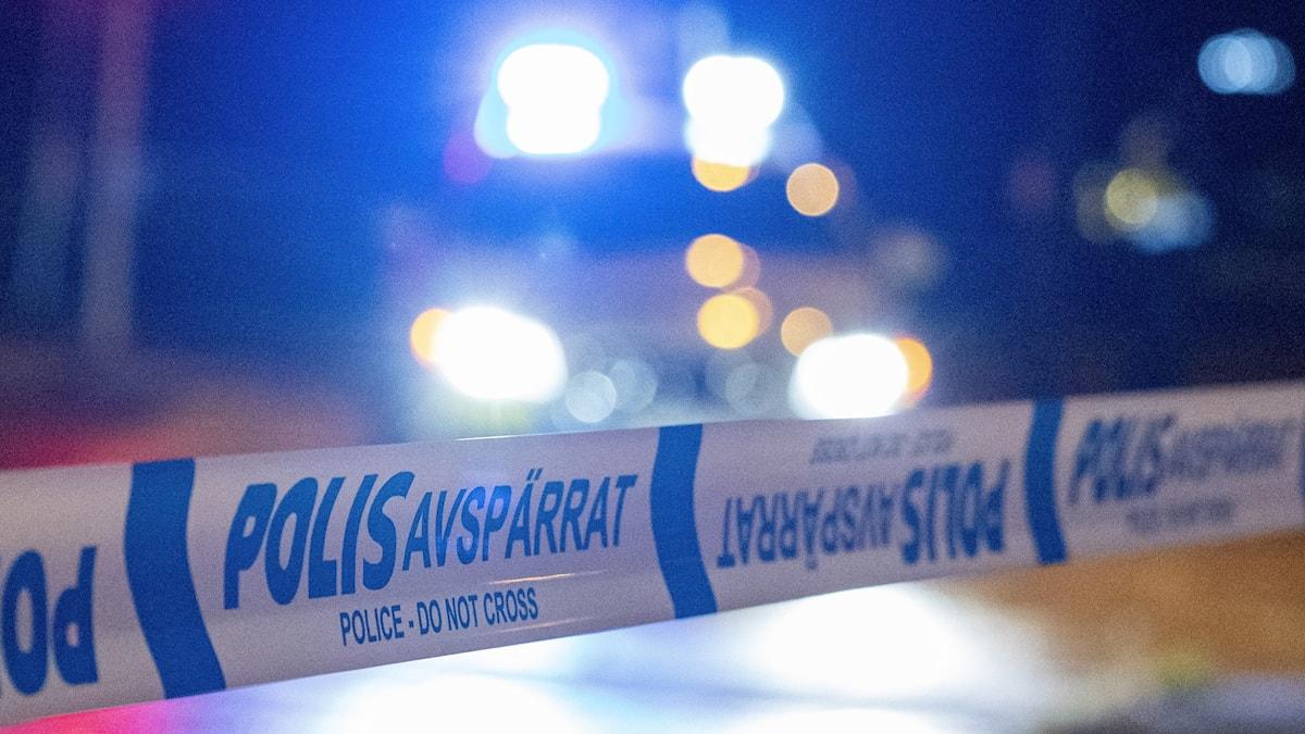 Polisen avspärrningstejp och blåljjus