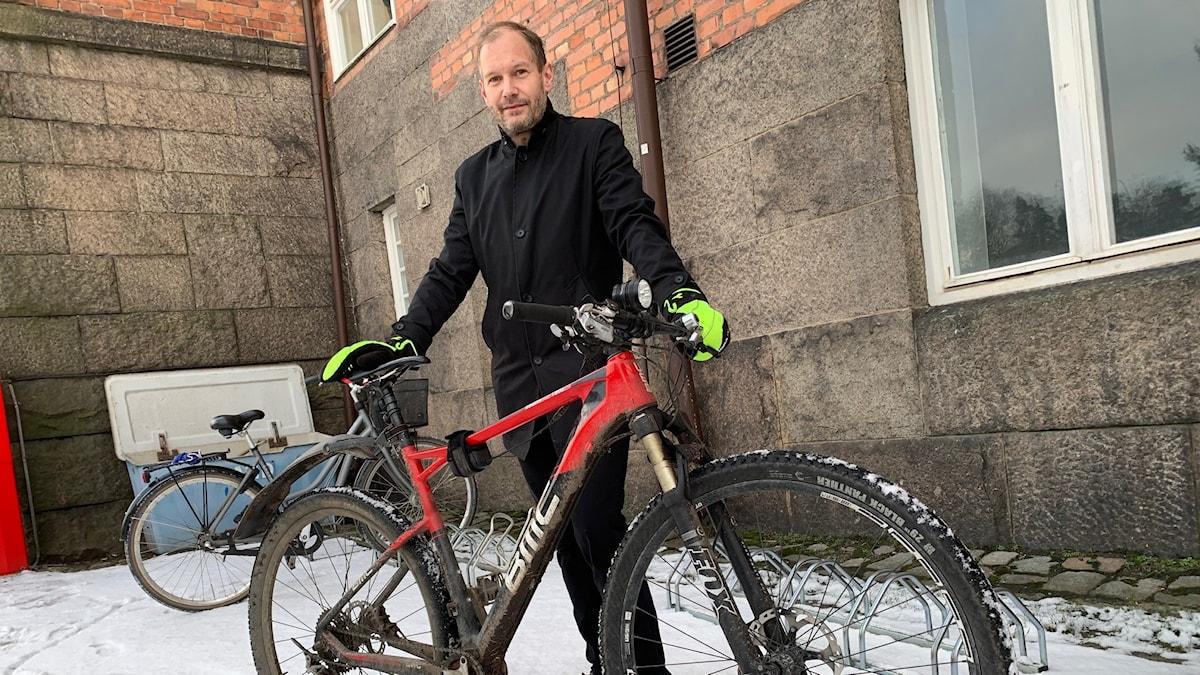 Peter Hampus cyklar trots att det är vinter.