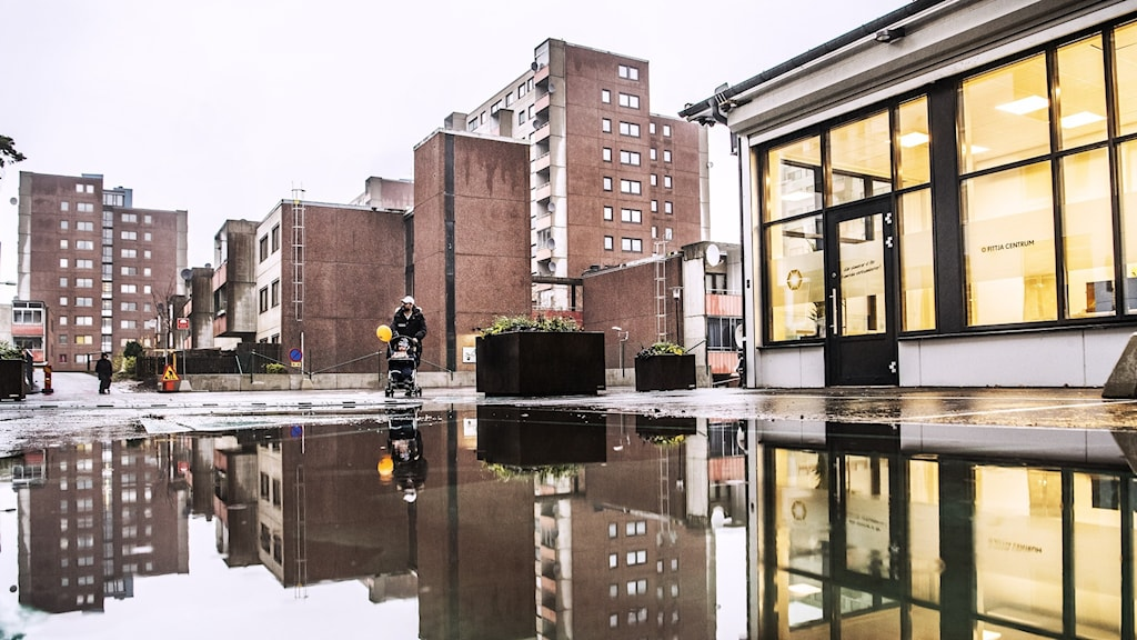 En storvattenpöl i Fittja. Hus reflekteras i vattnet.