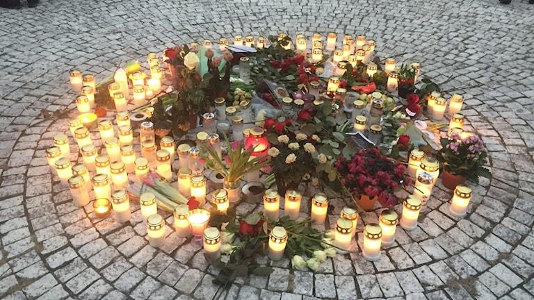 Ljusmanifestation i Vårby gård, en vecka efter att en handgranat detonerade på torget.