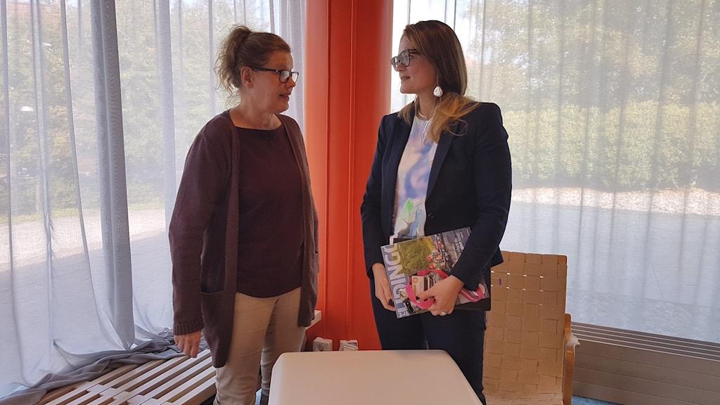 Anna Skagersten, och Malin Rosenqvist står och pratar med varandra
