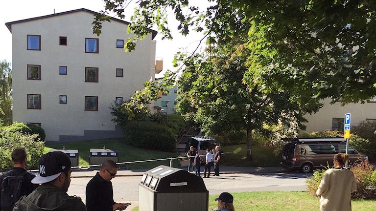 Avspärrningar utanför flerfamiljshus i Sätra.