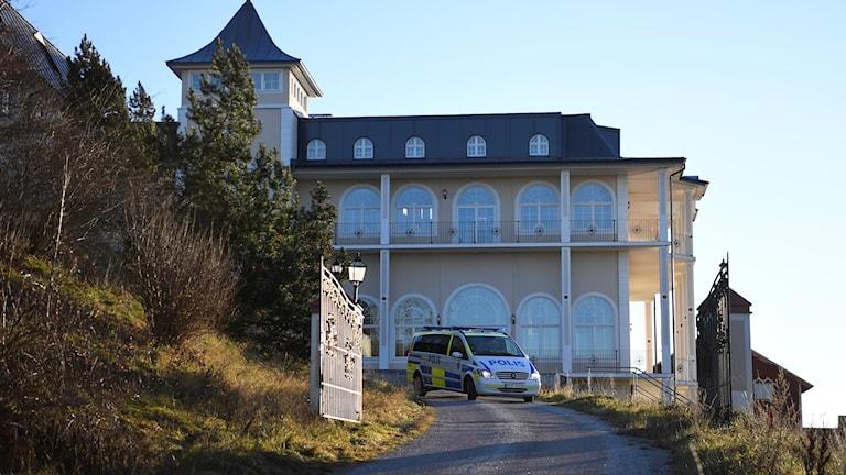 Polisbil framför slott i Rimbo.
