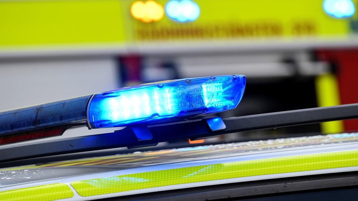 MALMÖ 2017-06-16  Blåljus på en av polisens bilar (med en av räddningstjänstens brandbilar i bakgrunden) i samband med en trafikolycka på Eriksfältsgatan i Malmö.     Foto: Johan Nilsson / TT / Kod 50090