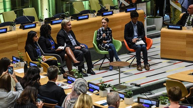Greta Thunberg talar bredvid FN:s generalsekreterare António Guterres vid öppningen av FN:s ungdomstoppmöte om klimatet på lördagen.