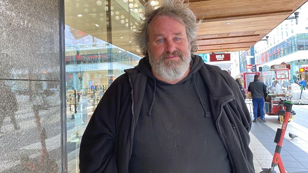 Bamse skadades i terrordådet – sitter kvar utanför Åhléns