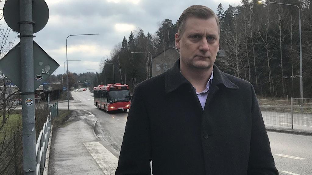 Kommunalrådet Daniel Dronjak, (M), vid Storängsleden i Huddinge