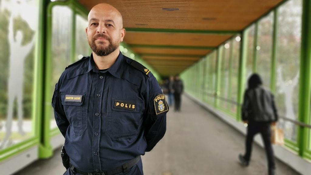 Polisman i en gångtunnel.