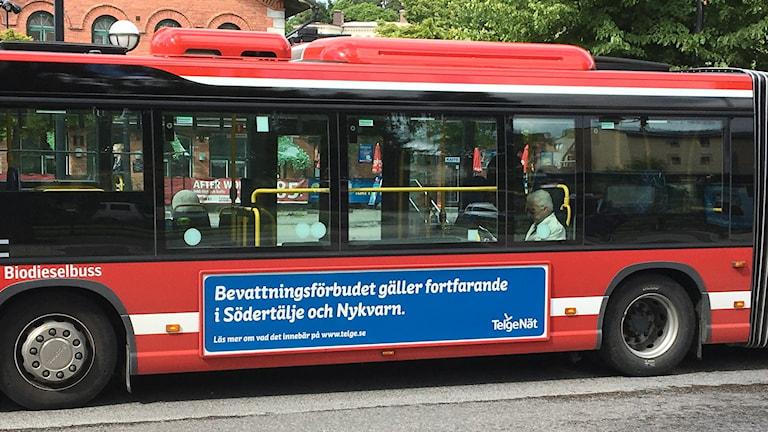 Buss med text: Fortsatt bevattningsförbud i Södertälje och Nykvarn