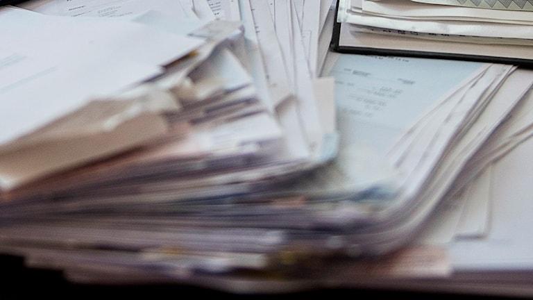 En bunt sekretessklassade dokument blåste i väg i korsdraget (arkivbild).