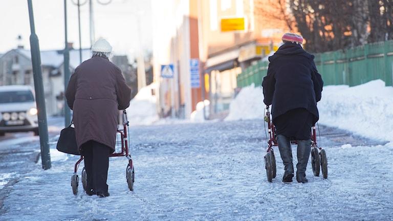 Pensionärer med rullatorer