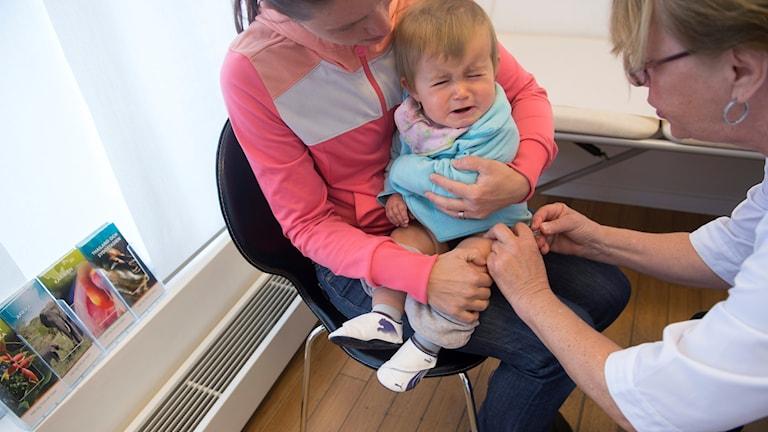 Bebis får spruta