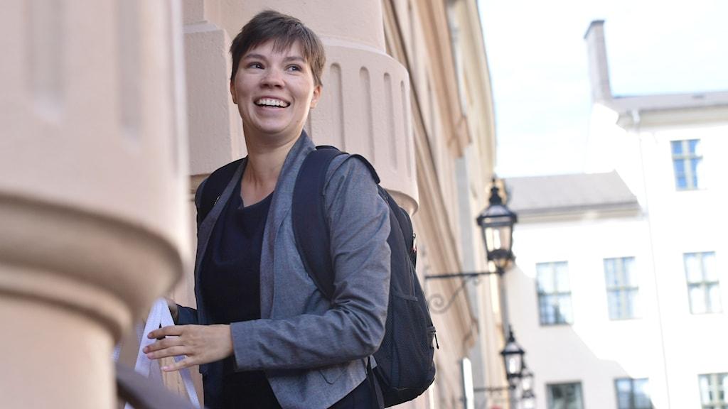 Annika Hirvonen vid en husfasad.