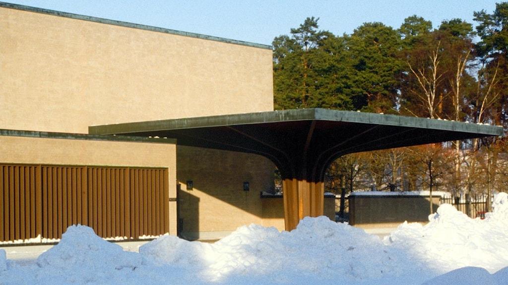 Krematoriebyggnad med snö framför.