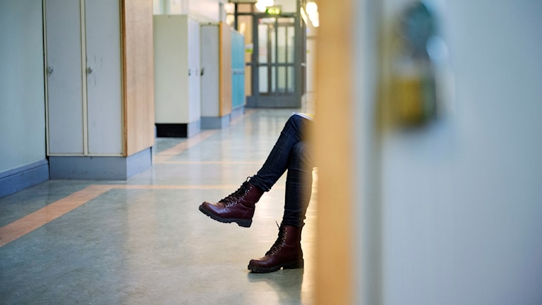 Elev i korridor.