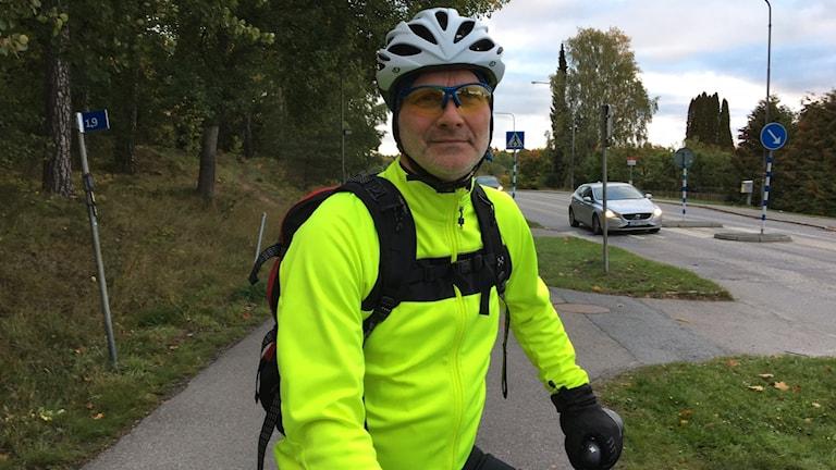 Cyklist vid trafikerad väg