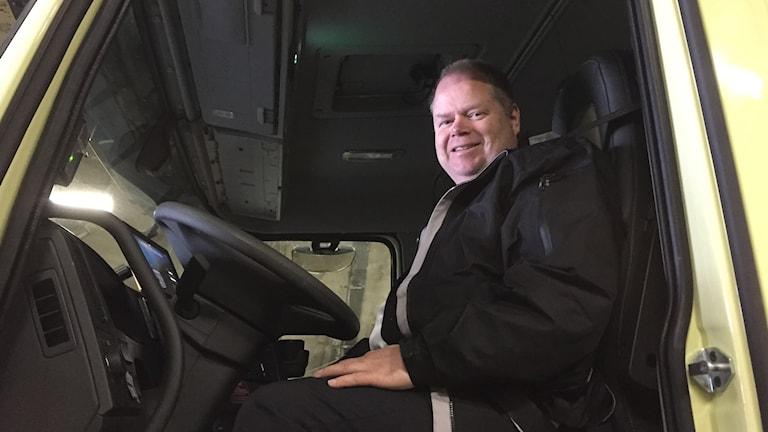 Man bakom ratten i en lastbil.