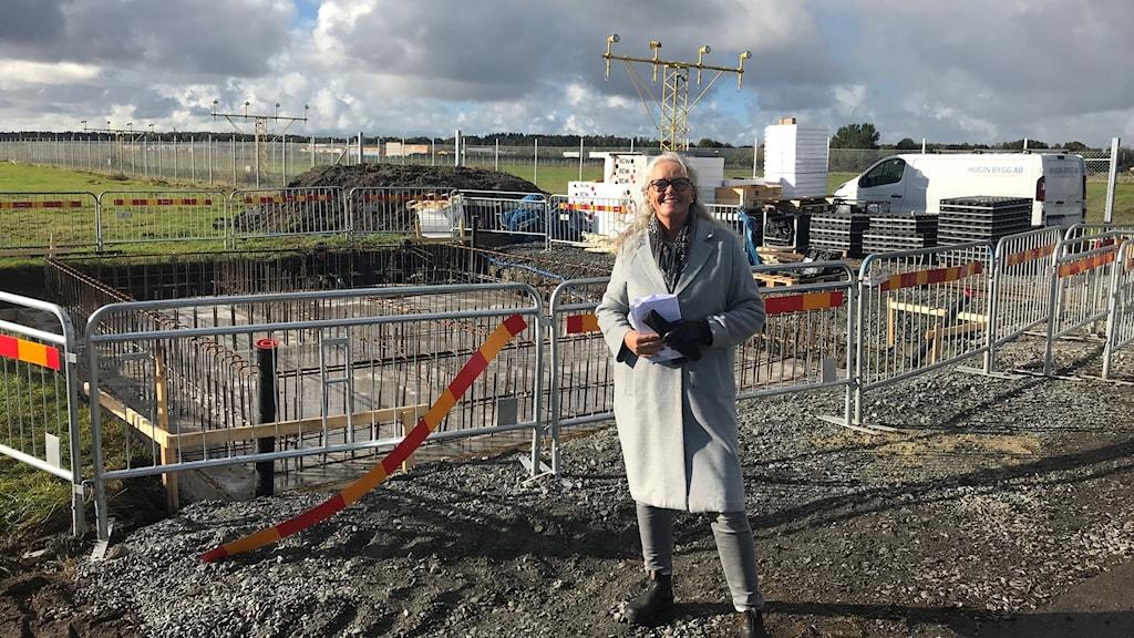 Anette Myrheim, kommunikationschef på Götebogs energi framför det fält i Säve där en  stor solcellspark ska byggas