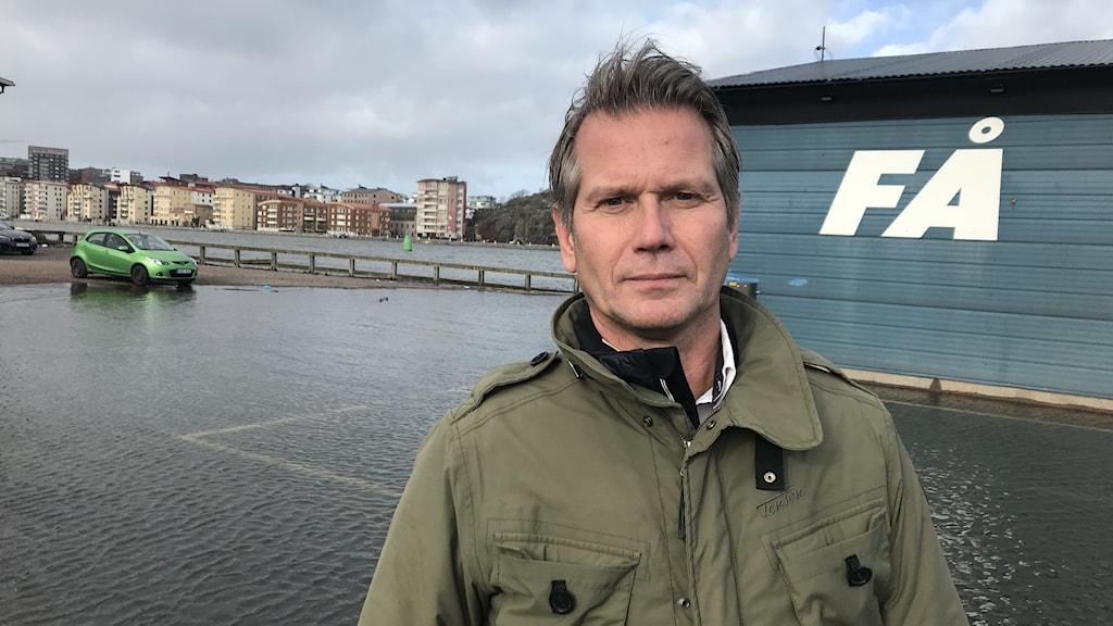 Göteborgs fiskauktions VD Roger Thilander vid översvämmad parkering intill Göta älv
