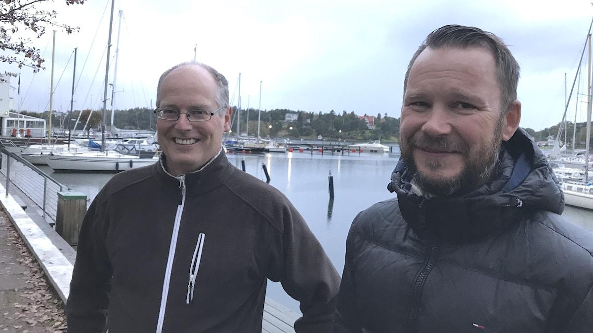 Två män står vid småbåtshamnen i Stenungsund.