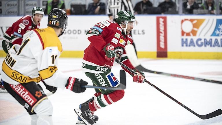 Frölundas Joel Lundqvist drar upp ett anfall under lördagens ishockeymatch