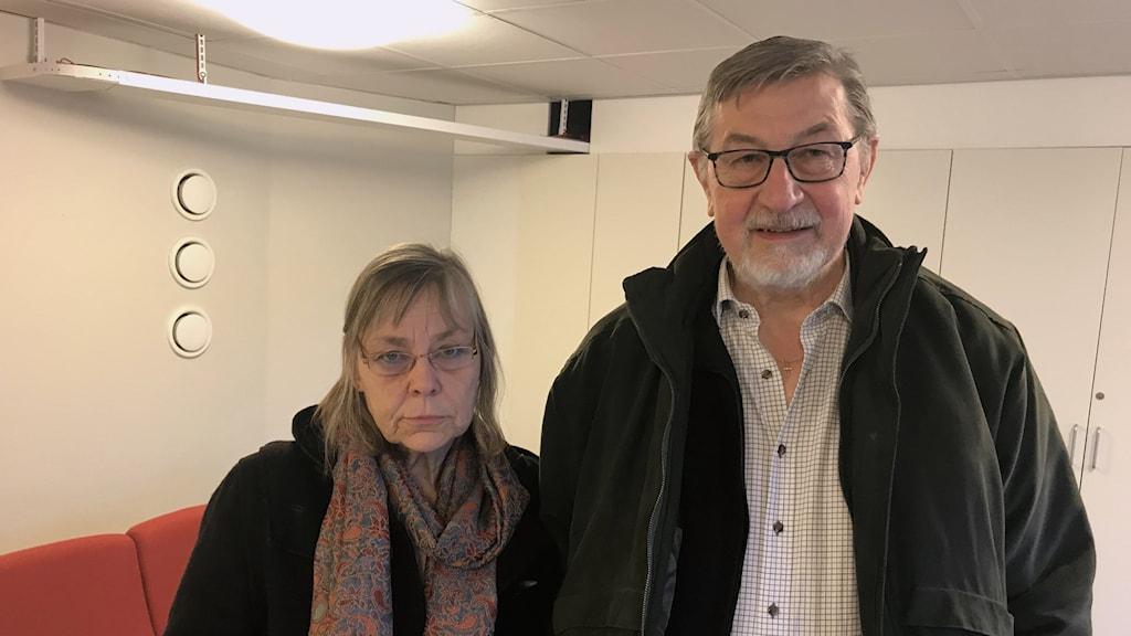 Två boende i Härlanda tjärn där bygget nu inletts.